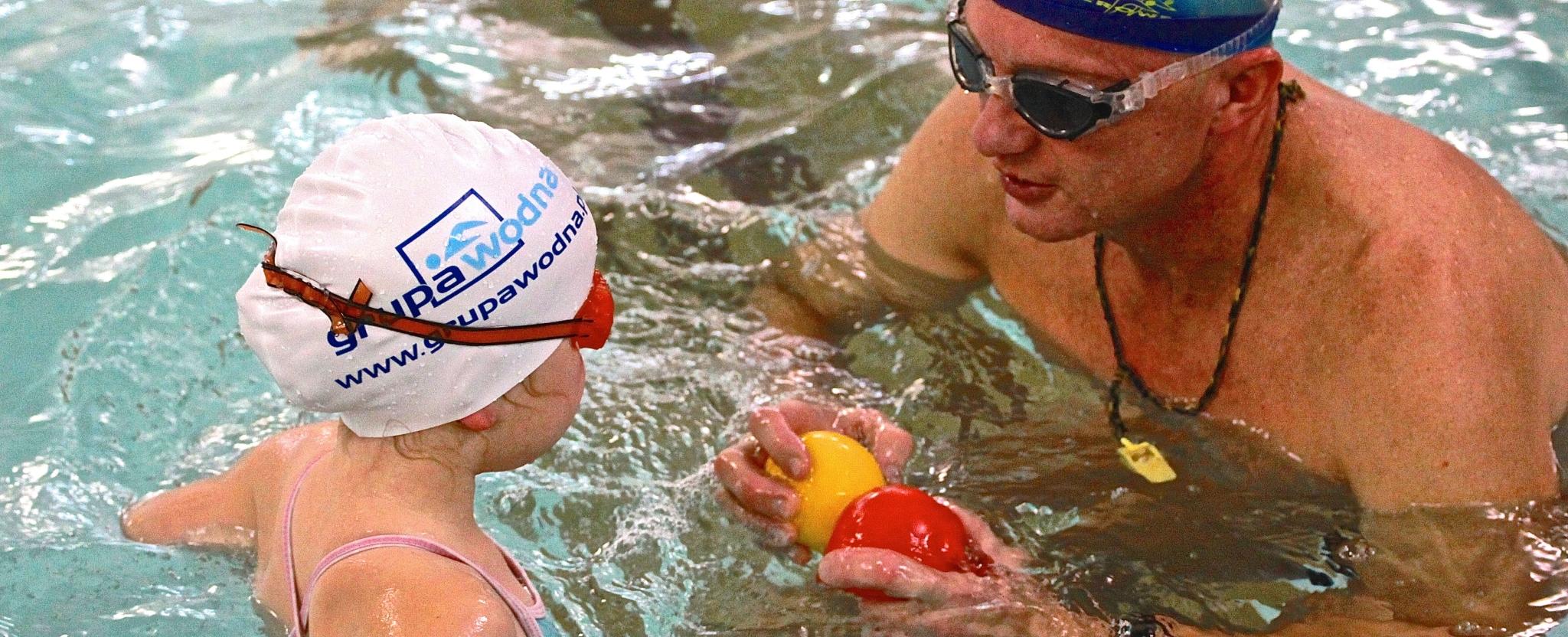 Instruktor Grupy Wodnej uczy pływać