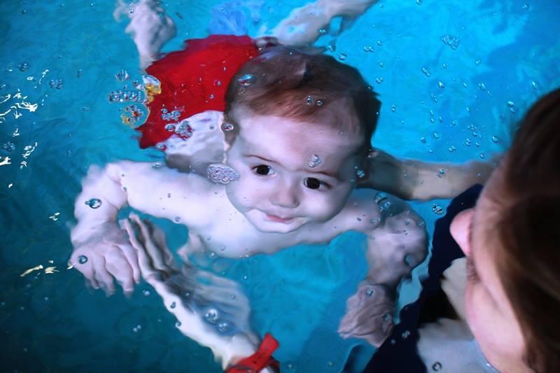 niemowlę pod wodą