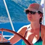 Joasia za sterem jachtu