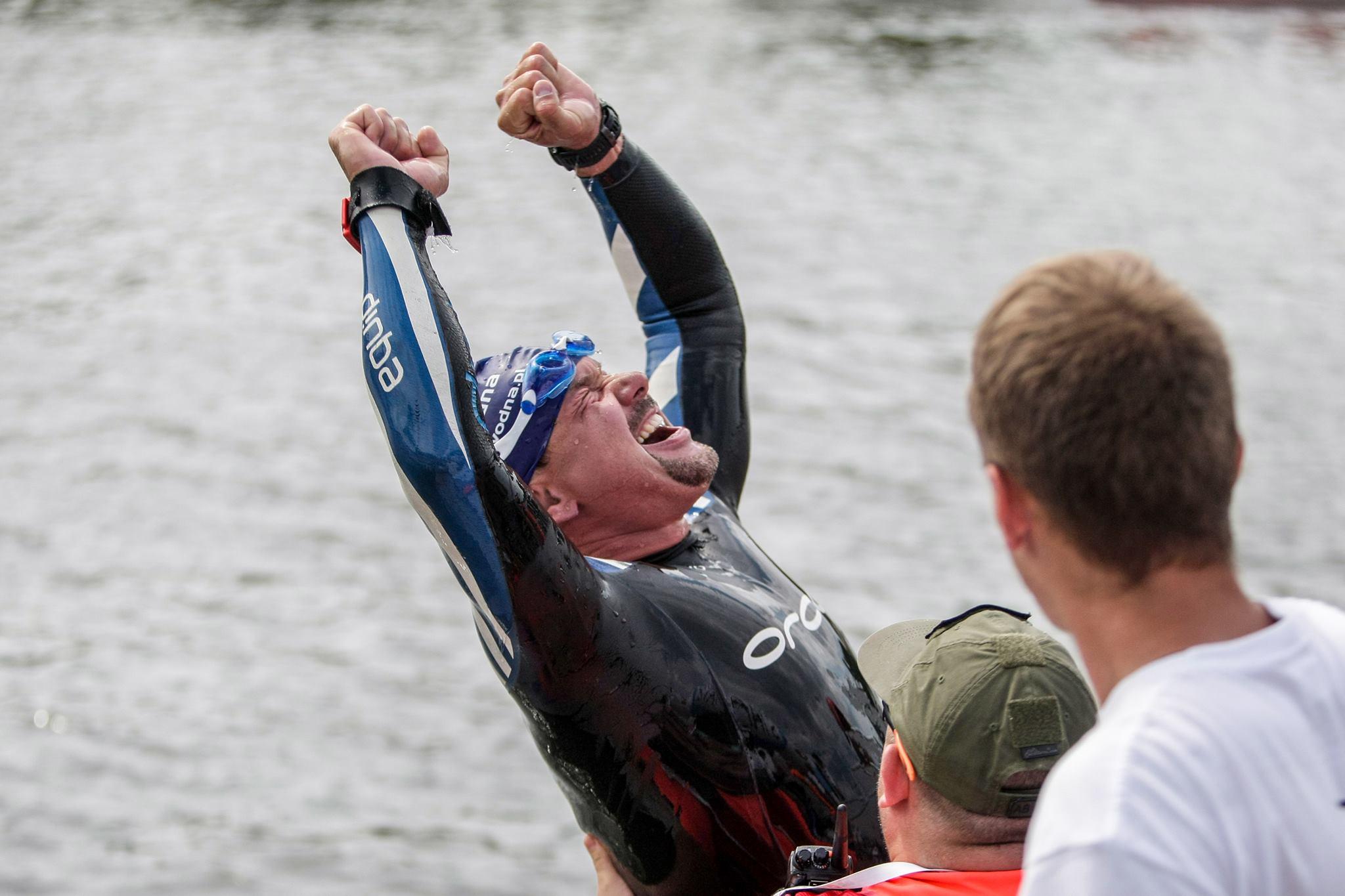 Marcin Trudnowski Grupa Wodna wygrywa pływacki bieg główny na 5km w Enduro Man 2016